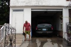 St.-Maarten-0772-Man-poetst-auto