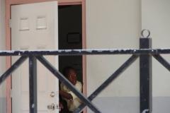St.-Maarten-1289-Philipsburg-Oranjeschool-met-leerling-bij-deur