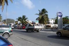 St.-Maarten-0996-Arbeiders-op-een-vrachtwagen