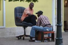 St.-Maarten-1175-Philipsburg-Taxichauffeur-bij-Schoenpoetser