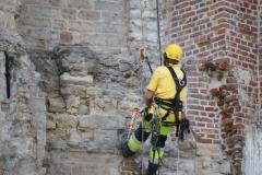 Sint-Truiden-135-Restaurateur-aan-het-werk-bij-Abdijtoren