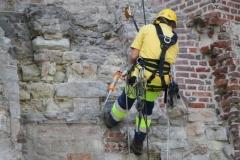 Sint-Truiden-136-Restaurateur-aan-het-werk-bij-Abdijtoren