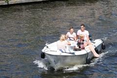 Haarlem-1088-Voeten-buitenboord-in-een-bootje-op-Het-Spaarne