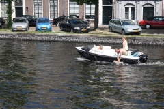 Haarlem-1126-Hond-gaat-zwemmen-in-een-bootje-op-Het-Spaarne