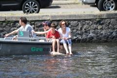 Haarlem-1205-Voeten-buitenboord-in-een-bootje-op-het-Spaarne