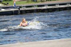Haarlem-1304-In-een-rubberbootje-getrokken-door-motorboot