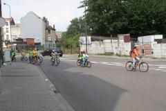 Brussel-2014-0813-Schaarbeek-Fietsende-kinderen-steken-Masuistraat-over