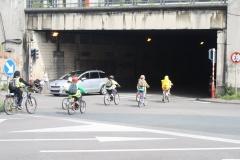 Brussel-2014-0817-Schaarbeek-Fietsende-kinderen-gaan-de-tunnel-in