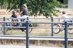Den-Haag-036-Moeder-en-kinderen-op-de-fiets