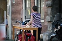 Haarlem-331-Op-de-fiets-met-een-tafel-door-de-stad