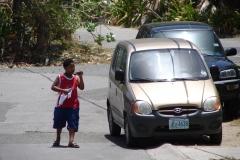 St.-Maarten-0434-Jongen-met-mobieltje-en-zonnebril